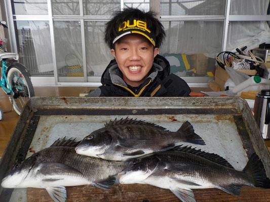 3月8日 磯釣りで西山さん チヌ、メイタ3匹
