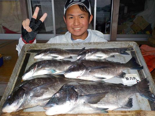 3月2日 磯釣りで谷本さん 良型チヌ47㎝を頭に6匹
