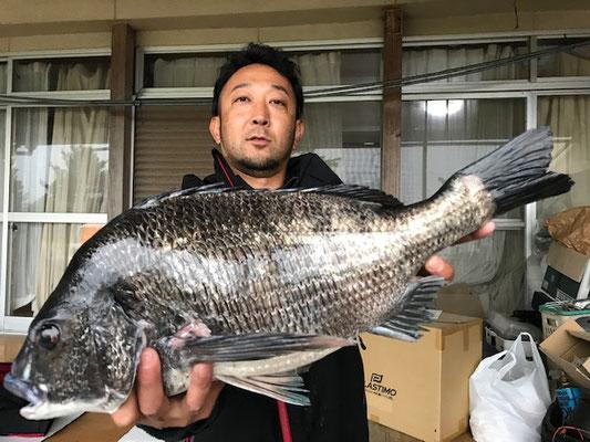 4月12日 磯釣りで三輪さん ガバチン52cm