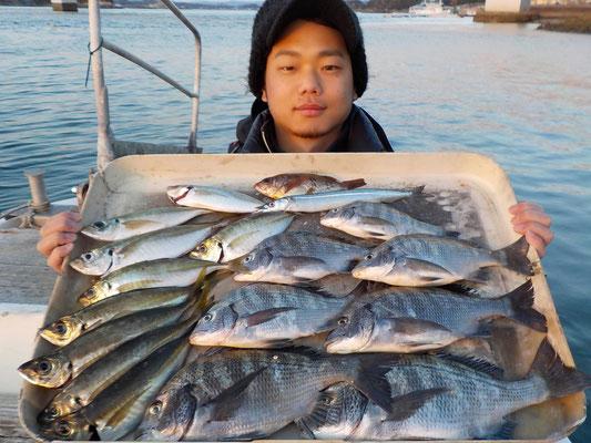 3月4日 磯釣りで木下さん チヌメイタ7匹 アジ25㎝を頭に9匹 サヨリ、メバル