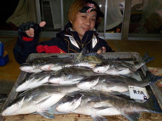 3月1日 磯釣りで浦崎さん 良型チヌ45㎝を頭に9匹