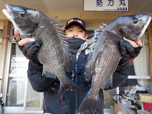3月6日 磯釣りで石本さん 良型チヌ46㎝・43㎝