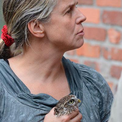 Die Tierärztin mit Steinkauz (Handaufzucht)