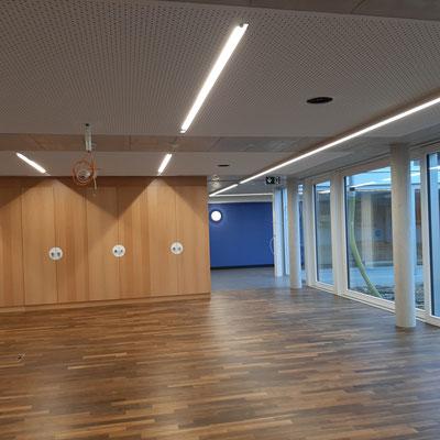 Die Farb- und Materialkontraste beleben den Korridor