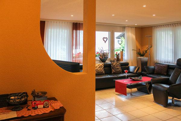 Die warmen Naturfarbtöne bilden einen schönen Kontrast in der Wohnung.