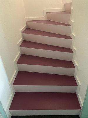 Durch die Farben wirkt die Treppe viel leichter.