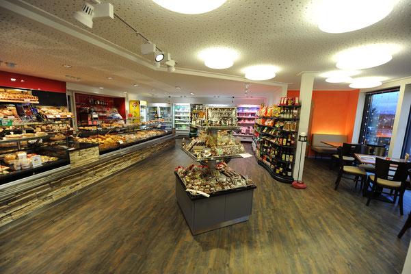 Die Farbgestaltung unterstützt die Verkaufsatmosphäre in der Bäckerei.
