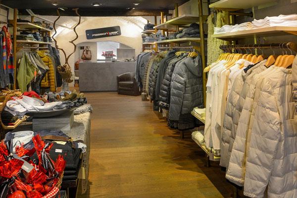 Die dunkelblaue Decke in der Boutique erzeugt eine anregende und dennoch ruhige Verkaufsstimmung.