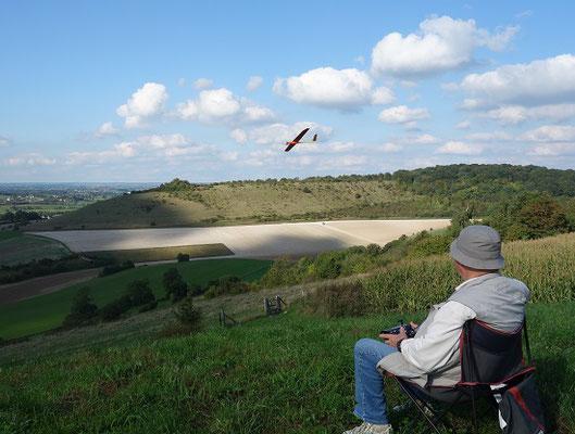 planeur minij aeromod jaune et rouge en vol à la montagne