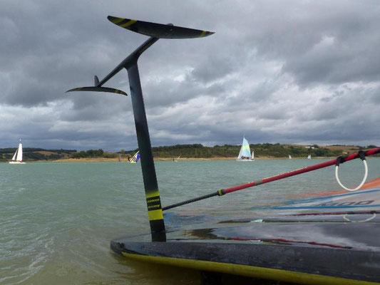 winfoil aeromod v2 noir et jaune avec aile Easy M, au lac de la ganguise