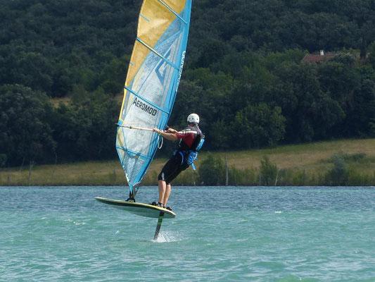 Alexis Marechal sort de jibe avec son winfoil aeromod v2 noir et vert au lac de la ganguise