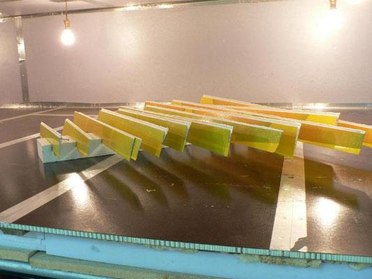 les ailerons d'ailes de planeur avec le microballon qui polymérise, dans le four de l'atelier Aeromod