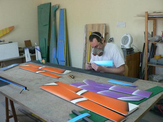 Alexis Maréchal dans l'atelier Aeromod découpe des ailerons d'ailes de planeur