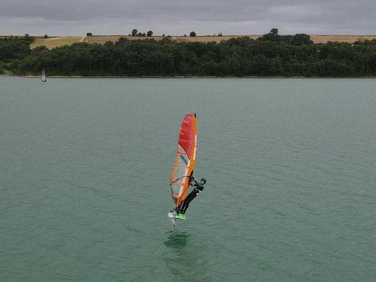 Robert Marechal et son winfoil aeromod v2 vu de drone au lac de la ganguise