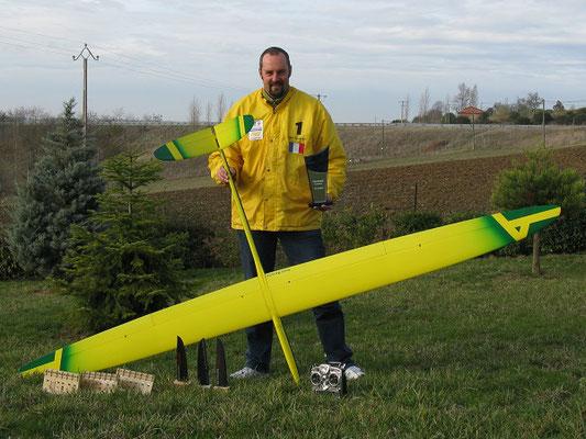 Alexis Marechal avec son Alliaj HM Aeromod jaune et vert présente ses trophées de compétitions en planeur radio-commandé