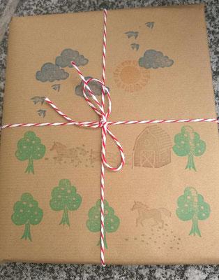 Geschenke werden liebevoll verpackt