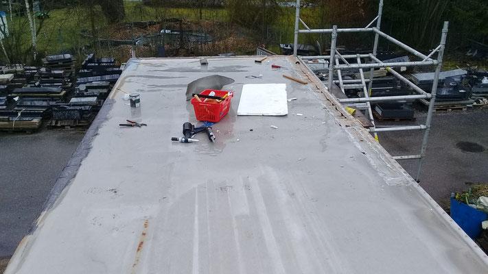 Abdichtarbeiten am Dach