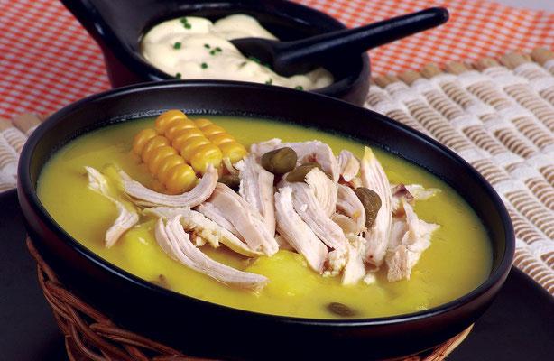 Ajiaco - eine beliebte Hühnersuppe aus Bogota mit Kartoffeln, Mais, Kapern und Sahne