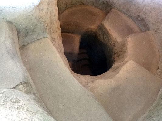 Steinerne Wendeltreppe hinab in eines der Kuppelgräber