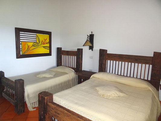 kolonial eingerichtete Doppelzimmer der Kaffeefinca Bosque del Saman