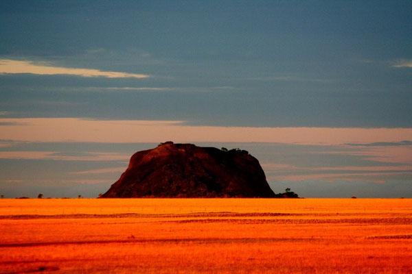 Sonnenuntergang im Llanos mit Blick auf einen Tafelberg