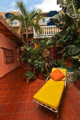 Der palmenbepflanzte Patio im Hotel 3 Banderas Cartagena