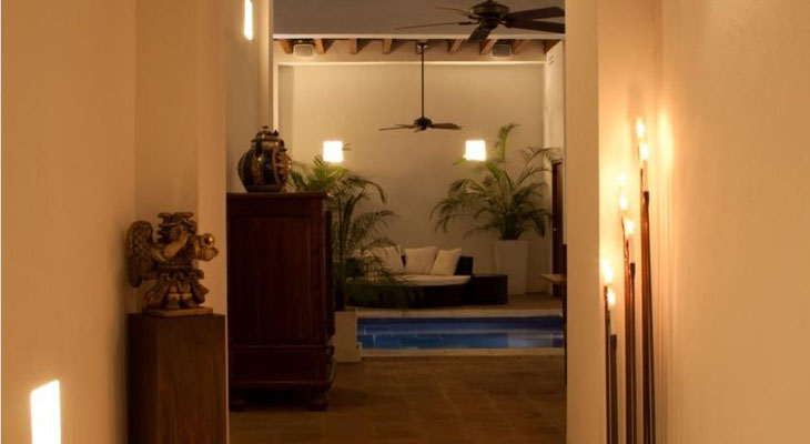 Lobby mit Pool im Casa del Agua San Marta