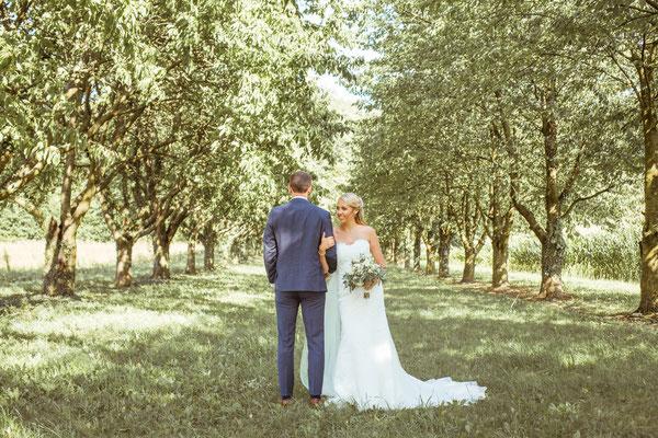 Hochzeit Kerstin und Georg Hochzeitsshooting unter Obstbäumen fotografiert von Timo Erlenwein Fotografie