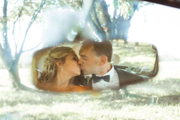 Hochzeit Kerstin und Georg Hochzeitsshooting im Rückspiegel von Hochzeitsauto fotografiert von Timo Erlenwein Fotografie