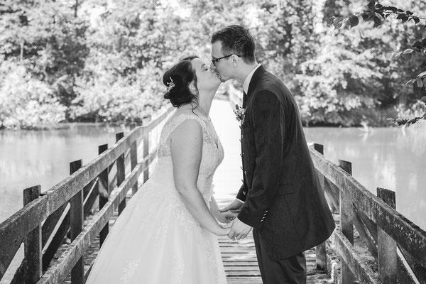 Hochzeitsbild von Jenny und Marius mit Kuss auf einer Rheinbrücke von Hochzeitsfotograf Timo Erlenwein