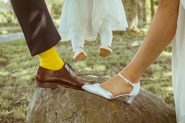 Hochzeitsfoto Anne und Tobi Brautpaarshooting Schuhe mit Tochter fotografiert von Timo Erlenwein Fotografie