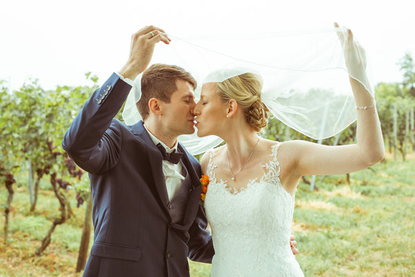 Hochzeitsbild von Susanne und Wolfgang kurz vor dem Kuss unter dem Schleier von Hochzeitsfotograf Timo Erlenwein