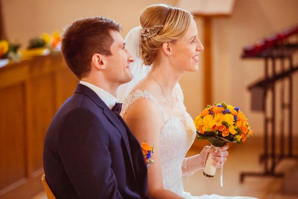 Hochzeitsbild von Susanne und Wolfgang lächelnd in der Kirche in Köndringen von Hochzeitsfotograf Timo Erlenwein
