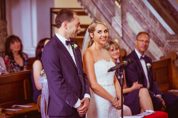 Hochzeit Kerstin und Georg vor Ringtausch in der Kirche fotografiert von Timo Erlenwein Fotografie