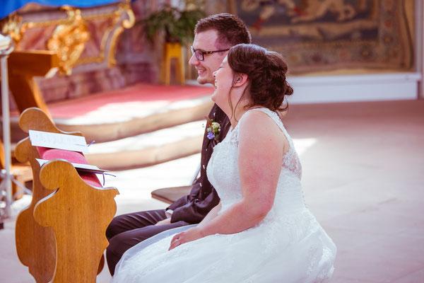 Hochzeitsbild von Jenny und Marius lachend in der Kirche von Hochzeitsfotograf Timo Erlenwein