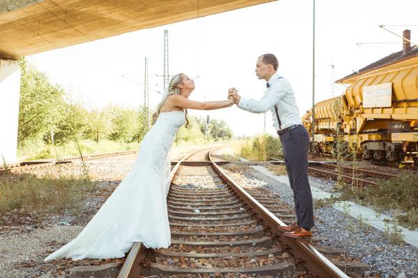 Hochzeit Kerstin und Georg Hochzeitsshooting auf Gleisen fotografiert von Timo Erlenwein Fotografie
