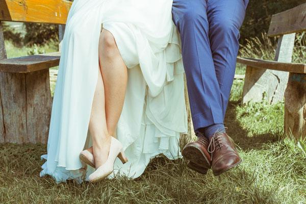 Hochzeitsbild von Julia's und Clemens' Schuhen von Timo Erlenwein Fotografie