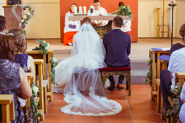 Hochzeitsbild von Anne und Daniel in der Kirche von Hochzeitsfotograf Timo Erlenwein