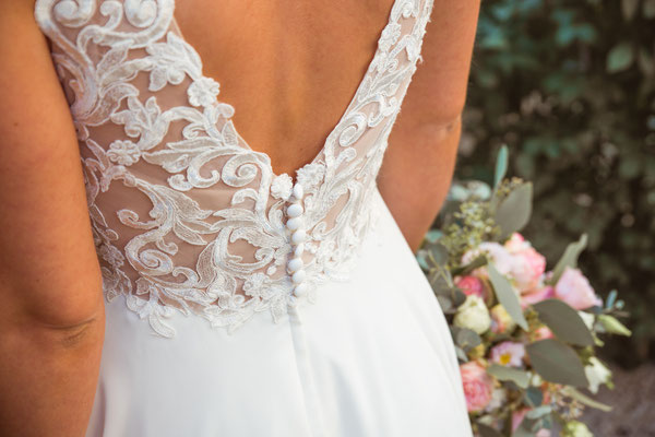 Hochzeitsbild von Jacqueline und Fabian Brautkleid Details fotografiert von Timo Erlenwein Fotografie