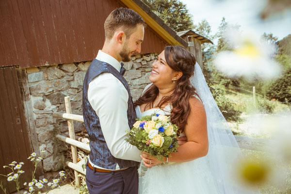 Hochzeit Valerie Simon Brautpaar mit Brautstrauß fotografiert von Timo Erlenwein Hochzeitsfotograf