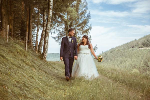 Hochzeit Valerie Simon Brautpaar läuft am Waldrand fotografiert von Timo Erlenwein Hochzeitsfotograf