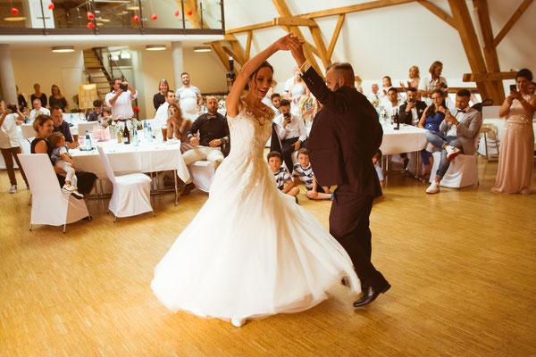 Hochzeitsfoto Alena und Salvatore beim Hochzeitstanz fotografiert von Timo Erlenwein Fotografie