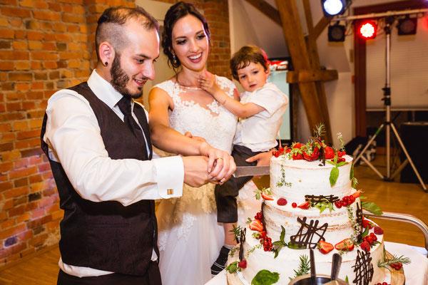 Hochzeitsfoto Alena und Salvatore Hochzeitstorte anschneiden fotografiert von Timo Erlenwein Fotografie