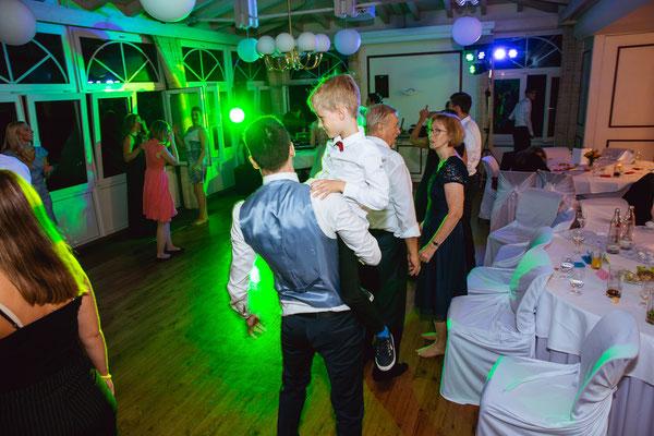 Hochzeitsbild von Wolfgangbei der Feier in der Location von Hochzeitsfotograf Timo Erlenwein