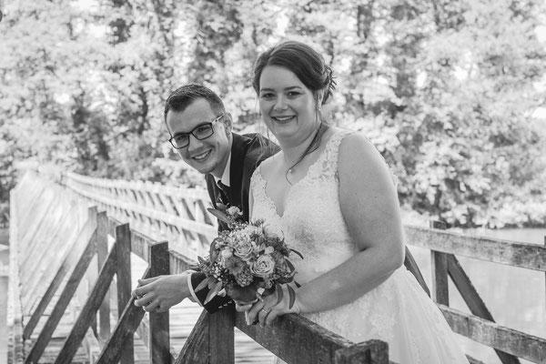 Hochzeitsbild von Jenny und Marius am Geländer einer Rheinbrücke von Hochzeitsfotograf Timo Erlenwein