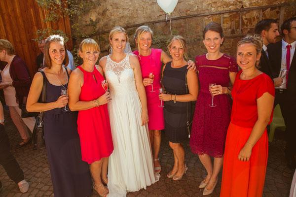 Hochzeitsbild von Julia und ihren Mädels beim Sektempfang von Timo Erlenwein Fotografie