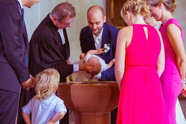 Hochzeitsbild von Julia und Clemens in der Kirche bei der Taufe ihrer Tochter von Timo Erlenwein Fotografie