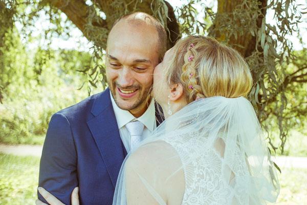 Hochzeitsbild von Julia und Clemens während Julia liebe Worte flüstert von Timo Erlenwein Fotografie