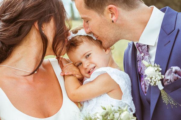 Hochzeitsbild Verena und Daniel beim Brautpaarshooting mit Tochter fotografiert von Timo Erlenwein Fotografie