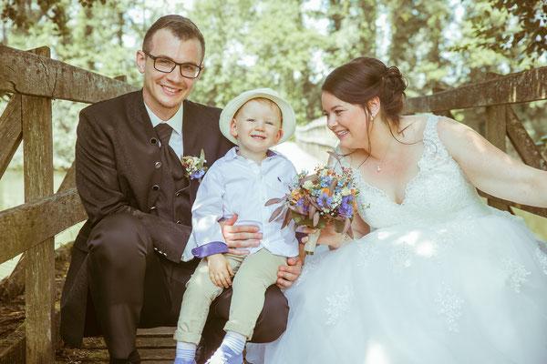 Hochzeitsbild von Jenny und Marius beim Shooting mit ihrem Sohn von Hochzeitsfotograf Timo Erlenwein